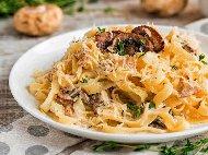 Спагети / талиатели със сос от сметана, яйца, гъби и бекон